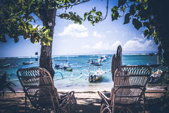 Соедините деревянный стул около пляжа, тропический остров Бали, Индонезию Стоковое Изображение