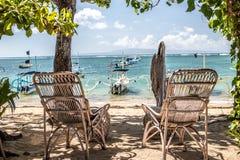 Соедините деревянный стул около пляжа, тропический остров Бали, Индонезию Стоковое Фото