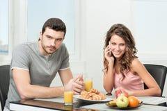 Соедините иметь завтрак, девушку говоря на телефоне Стоковые Фотографии RF