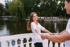 Соедините иметь потеху на мосте в парке Стоковые Фотографии RF