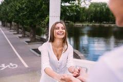 Соедините иметь потеху на мосте в парке Стоковое Изображение RF