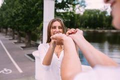 Соедините иметь потеху на мосте в парке Стоковая Фотография RF