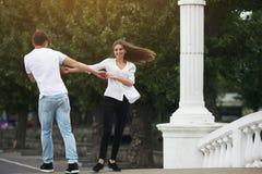 Соедините иметь потеху на мосте в парке Стоковые Изображения RF