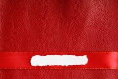 Соедините космос экземпляра пробела бумаги утиля на красной кожаной предпосылке Стоковые Фото