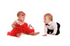 Соедините младенцев девушки и мальчика играя с валентинкой концепции сердец Стоковое фото RF