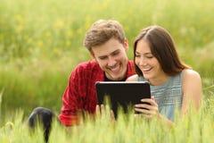Соедините наблюдая видео в таблетке в поле Стоковые Изображения