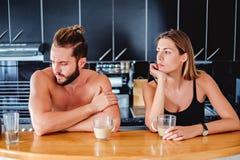 Соедините не говорить пока сидящ в кухне стоковое фото rf