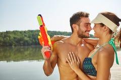 Соедините обнимать на озере с squirt оружи Стоковые Изображения RF