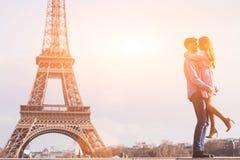 Соедините около Эйфелевой башни, влюбленности, медового месяца в Париже стоковое изображение rf