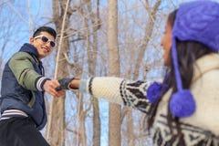 Соедините достигать вне пока пеший туризм в снеге в зиме стоковое фото
