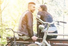 Соедините ослаблять после езды в парке с велосипедами стоковое фото rf