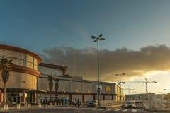 Соедините пересекать улицу на crosswalk в Лиссабоне с sunse стоковые изображения rf
