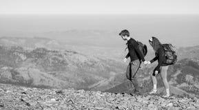 Соедините пеший туризм в красивых горах на теплый солнечный день Стоковые Фотографии RF