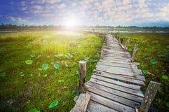 Соедините положение вверх на старом деревянном мосте Стоковое Изображение