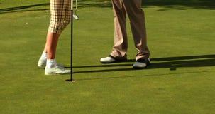Соедините положение на зеленом цвете установки поля для гольфа акции видеоматериалы