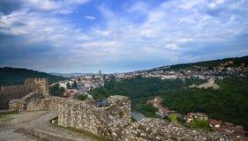 Соедините положение на руинах старой крепости и смотреть городской пейзаж города Пловдива, Болгарии Панорамный взгляд над горизон стоковое фото
