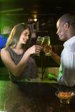 Соедините провозглашать их стекла пива на счетчике бара Стоковые Фото