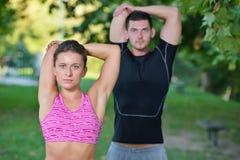 Соедините протягивать перед jogging на стенде в парке Стоковые Изображения