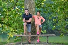 Соедините протягивать перед jogging на стенде в парке Стоковые Фотографии RF