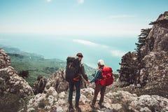 Соедините путешественников человека и женщины держа руки наслаждаясь видом с воздуха гор Стоковые Фотографии RF