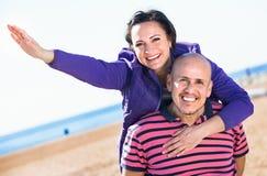 Соедините радостно обнимать один другого и наслаждаться пляжем стоковые изображения rf
