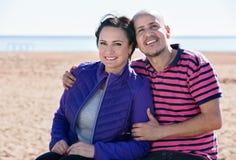 Соедините радостно обнимать один другого и наслаждаться пляжем стоковые изображения