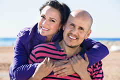 Соедините радостно обнимать один другого и наслаждаться пляжем стоковые фото