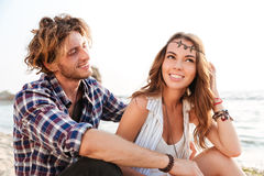 Соедините сидеть и смеяться над на пляже в лете Стоковые Фотографии RF