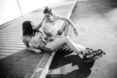 Соедините сидеть на обочине на улице черная белизна Стоковая Фотография