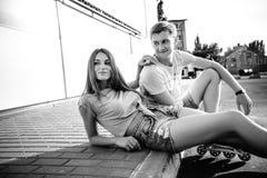 Соедините сидеть на обочине на улице черная белизна Стоковые Изображения RF