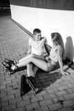 Соедините сидеть на обочине на улице Стоковые Фотографии RF