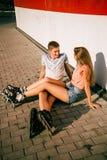 Соедините сидеть на обочине на улице Стоковые Изображения RF
