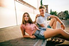 Соедините сидеть на обочине на улице Стоковое Изображение