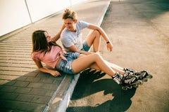 Соедините сидеть на обочине на улице Стоковые Изображения