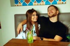 Соедините сидеть на таблице в кафе Стоковая Фотография