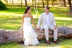 Соедините счастливое в влюбленности в напольном усаживании парка Стоковая Фотография