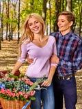 Соедините с корзиной цветков в парке Стоковое Изображение RF