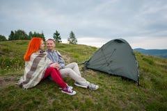 Соедините туристов около шатра в горах Стоковые Изображения RF