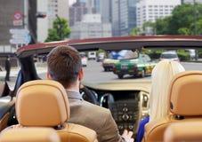 Соедините управлять в автомобиле cabriolet над улицей города Стоковое фото RF