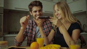 Соедините фотографировать сок и апельсины в кухне видеоматериал