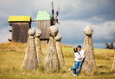 Соедините целовать на поле с пачками соломы Стоковые Фотографии RF