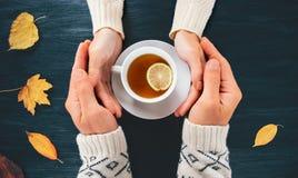 Соедините человека и женщины в влюбленности держа руки Стоковая Фотография RF