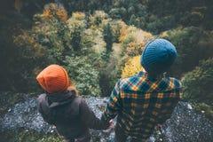 Соедините человека и женщины в влюбленности совместно держа руки Стоковые Фото
