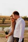 Соедините человека и женщины в платьях белизны outdoors Белые цветки i Стоковое фото RF