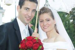 соедините groom как раз смотря пожененное tobride нежности портрета Стоковая Фотография