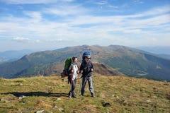 Соедините hikers в горах Карпатов с рюкзаками Стоковое Фото