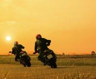 Соединяет всадника мотоцикла друга велосипед на agains шоссе асфальта Стоковое фото RF