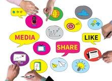 Соединять и делить социальную пользу людей средств массовой информации соединяются Стоковое фото RF