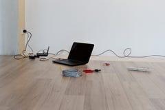 Соединяющ и устанавливающ интернет в новой квартире стоковые изображения rf