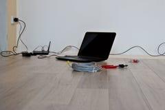 Соединяющ и устанавливающ интернет в новой квартире стоковые изображения